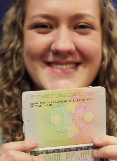 Shona con su antiguo pasaporte, donde se indica que nació en el aire.