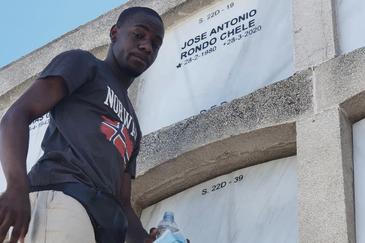 Alfredo Rondo, el pasado 8 de agosto, visitando la tumba de su hermano.