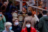 Varias personas toman algo en una terraza en Lille (Francia)  el pasado 16 de octubre.