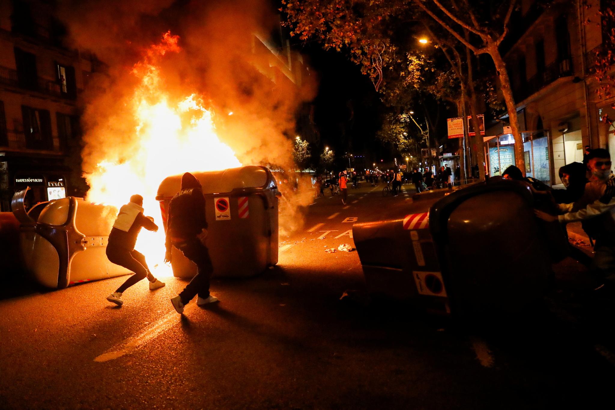 Algunos manifestantes han quemado y usado contenedores a modo de barricada.