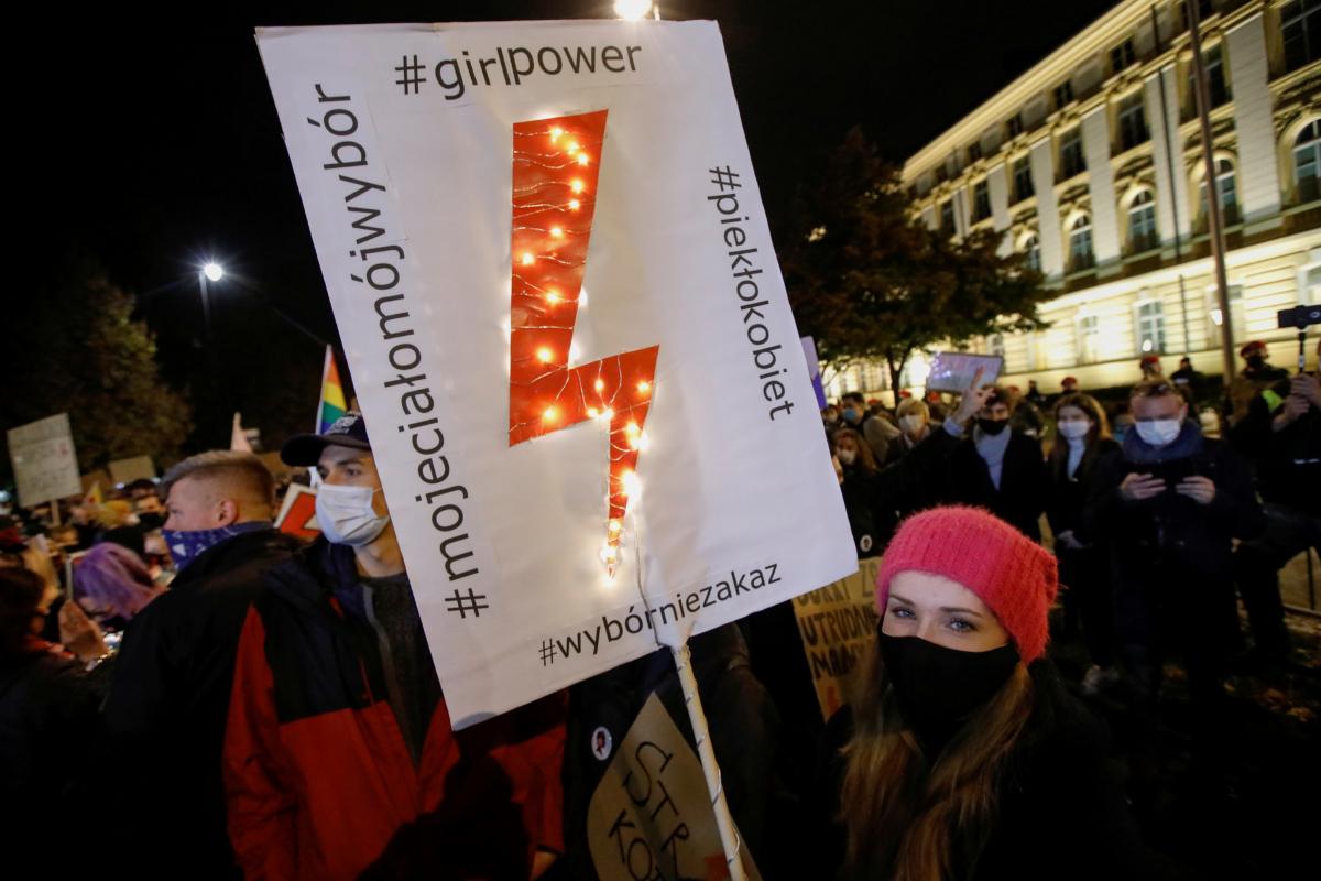 Una manifestante muestra una pancarta durante la manfiestación, este viernes en Varsovia.
