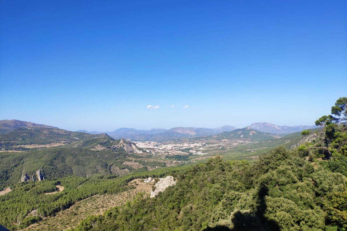 Vista aérea de Alcoy desde el Parque Natural de la Font Roja.