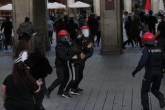 Dos ertzainas detienen a un joven que participaba en la concentración 'negacionista' en la plaza de la Virgen Blanca de Vitoria.