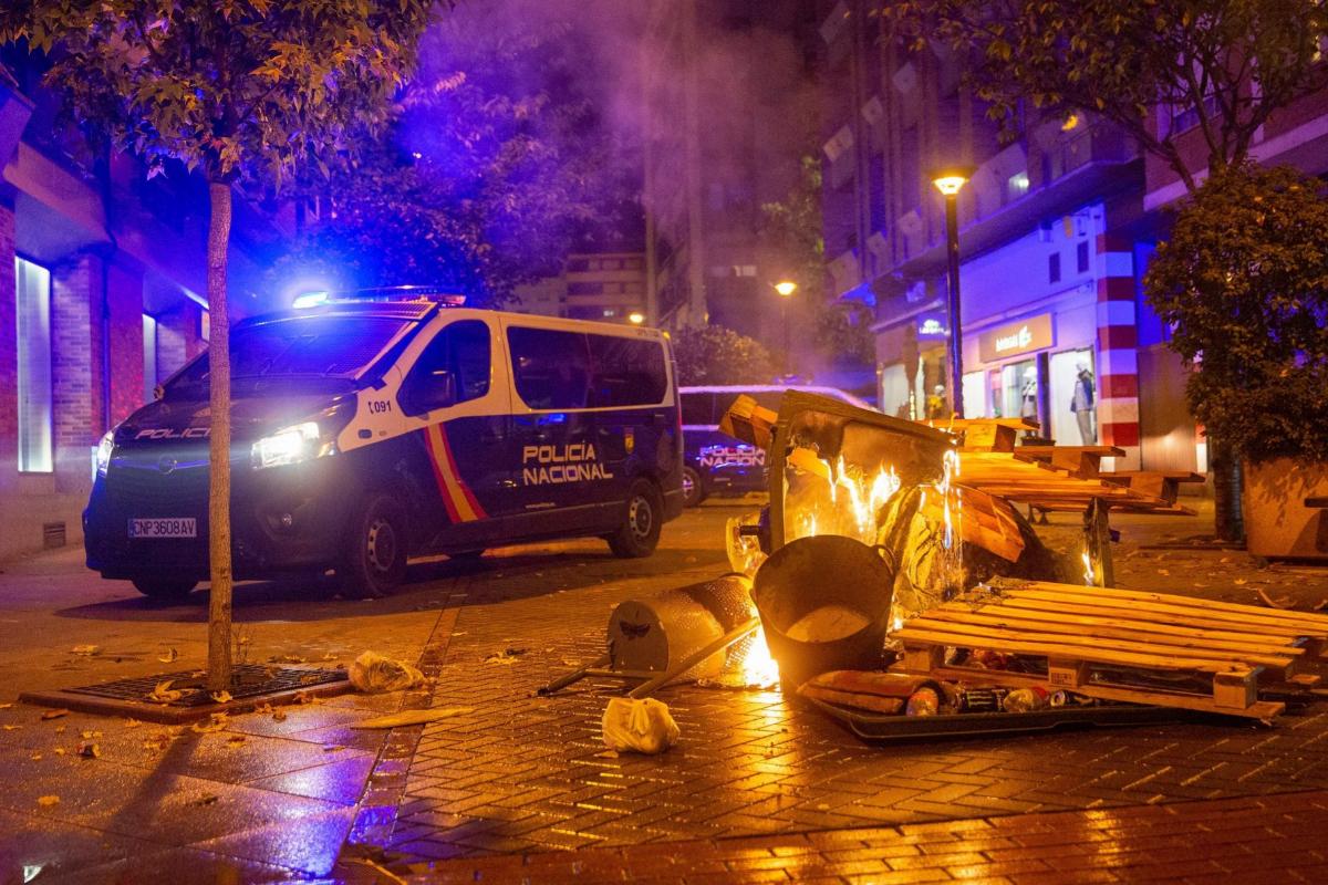 Estado en que ha quedado el centro de Logroño tras los disturbios que se han producido esta noche.