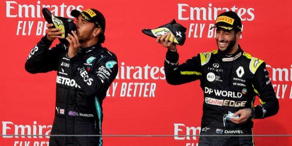 Hamilton y Ricciardo, en el podio de Imola.