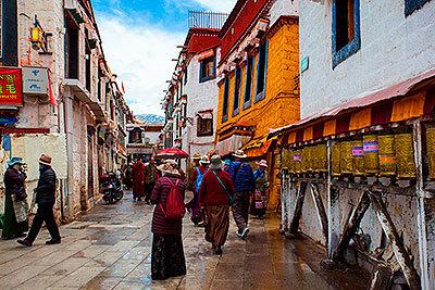 Calle céntrica de Lhasa, capital de Tíbet.