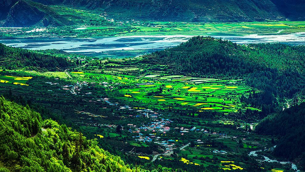 Las montañas de Nyingchi, conocida como la Suiza del Tíbet.