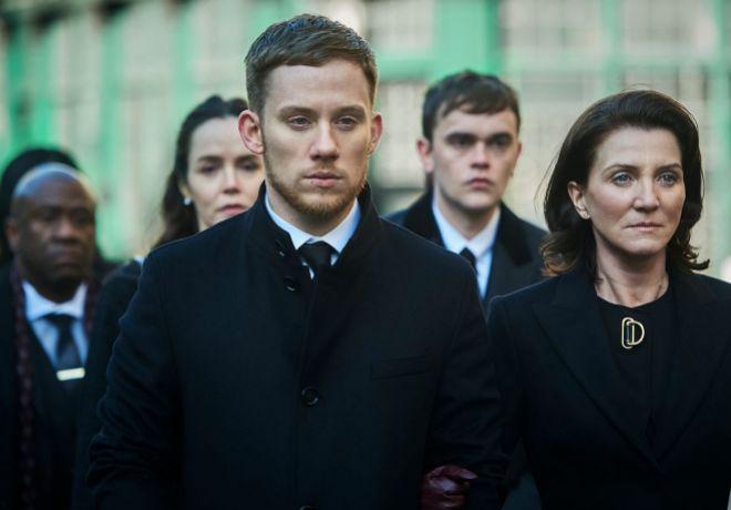 En primer plano, el violento Sean Wallace (Joe Cole) y su maquiavélica madre (Michelle Fairley).