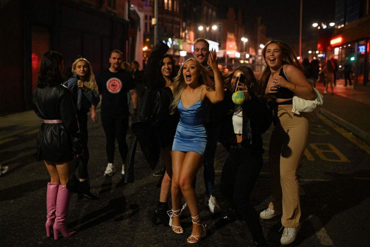 Ambiente en las calles de Leeds tras el cierre de los pubs, el día antes del nuevo confinamiento en Inglaterra.