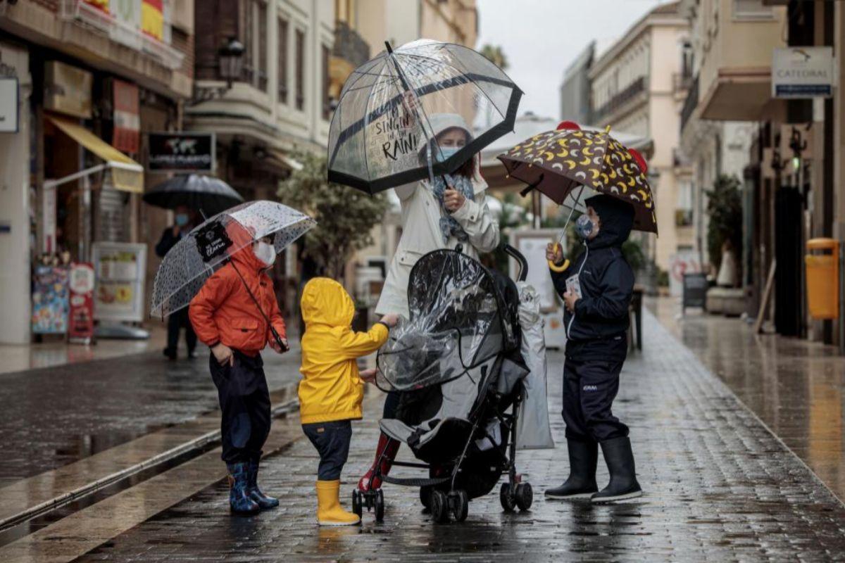 Una borrasca mantiene avisos en 12 comunidades por viento, lluvia o mala mar