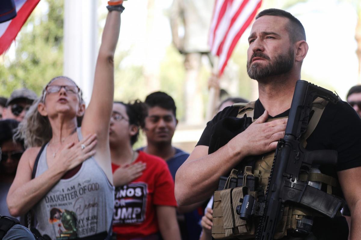 Seguidores de Trump protestan contra el resultado frente al Capitolio estatal de Arizona, en Phoenix.