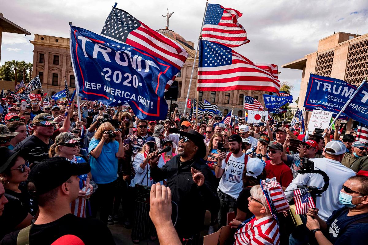 Más de 2.000 seguidores de Trump se han reunido frente al Capitolio estatal de Arizona, en Phoenix.