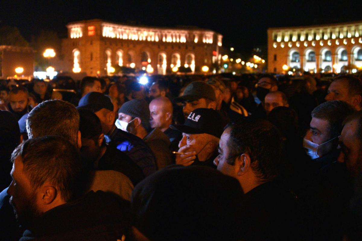 Varios armenios protestan contra el acuerdo frente a la sede del Gobierno.