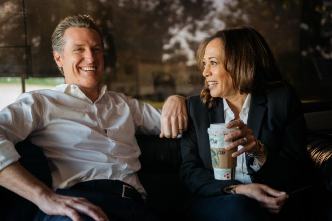 Kamala Harris se toma un café con el gobernador de California, Gavin Newson. / EDUARDO EZEQUIEL