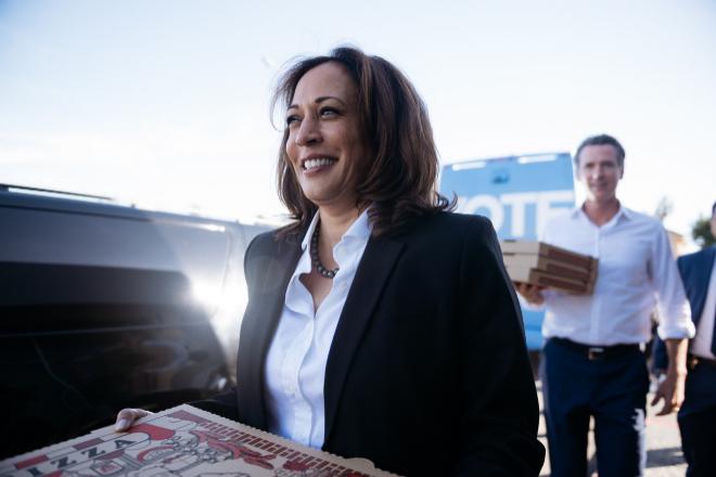 La futura vicepresidenta de EEUU lleva una pizza a un equipo de voluntarios. / EDUARDO EZEQUIEL