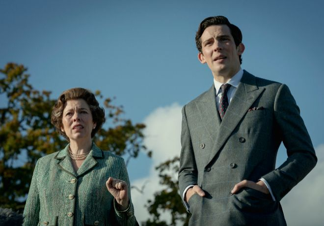 La reina Isabel II (Olivia Colman) y su hijo Carlos (Josh O'Connor).