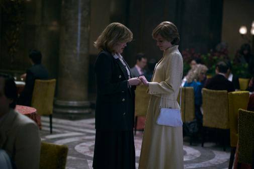 Una ingenua Lady Di le enseña su anillo de compromiso a su contrincante en la sombra, Camilla Parker Bowles (Emerald Fennell)