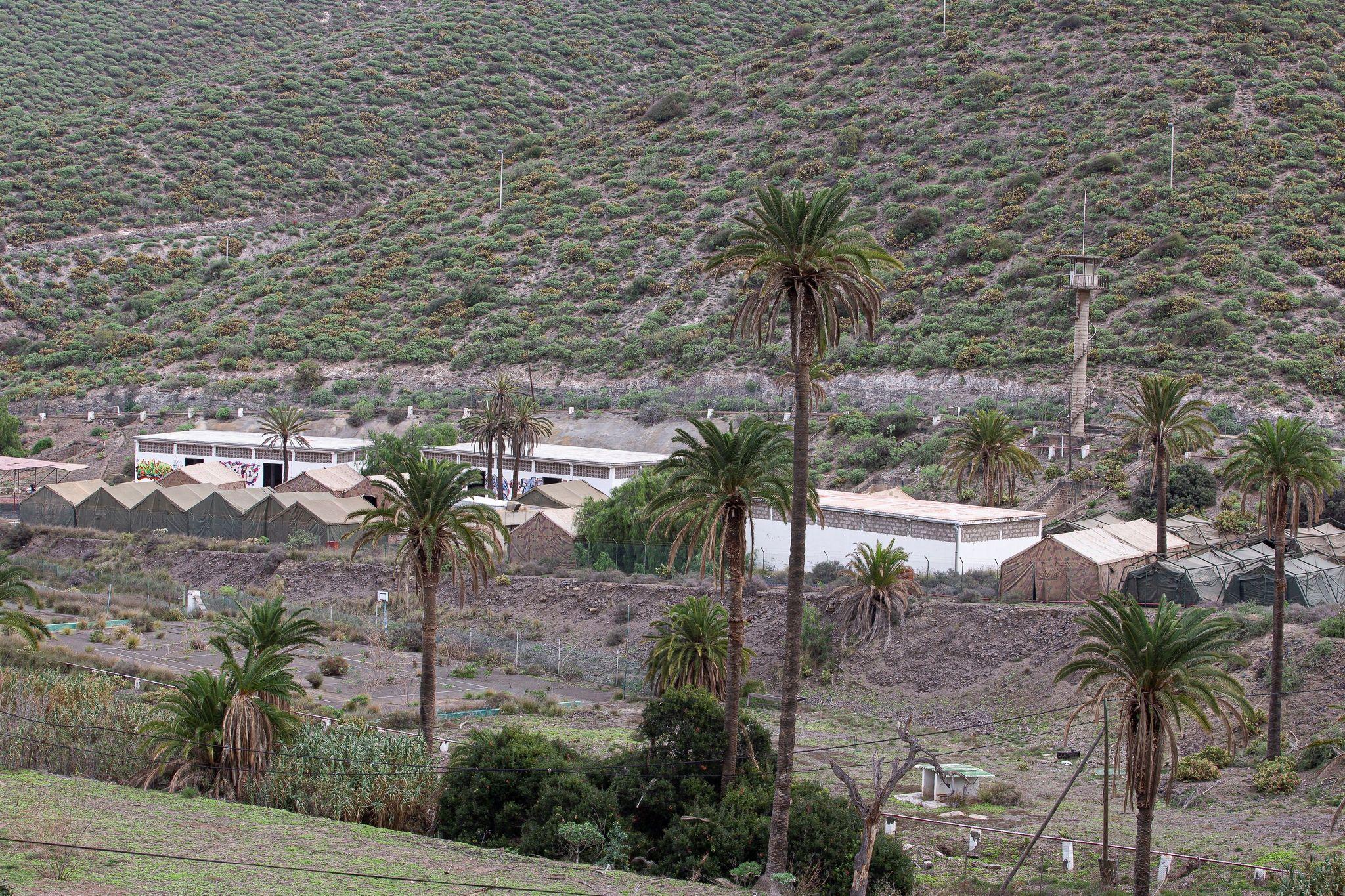 Las tiendas del campamento permitirán vaciar las instalaciones de primera acogida de inmigrantes del muelle de Arguineguín.