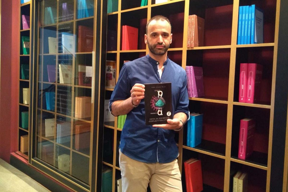 Pedro Lechuga, con su libro 'Covid-19-periodistas'.