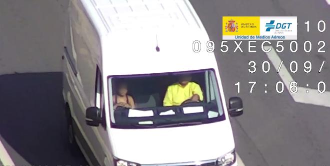 Conductor y ocupante de furgoneta sin cinturón de seguridad
