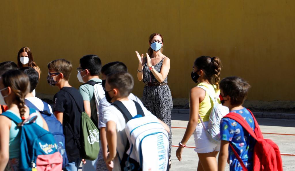 Alumnos de un colegio público de Córdoba llegan a clase.