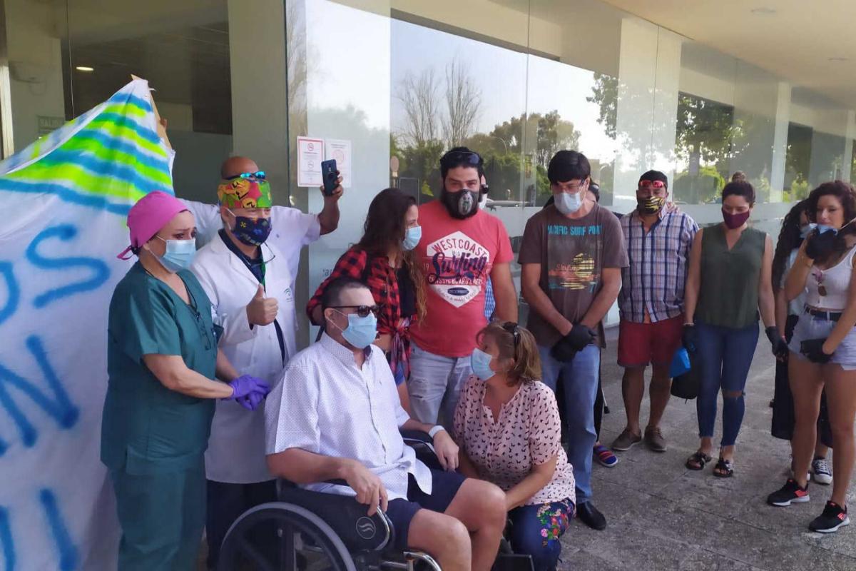 Julio César, en silla de ruedas, el día que abandonó el hospital.