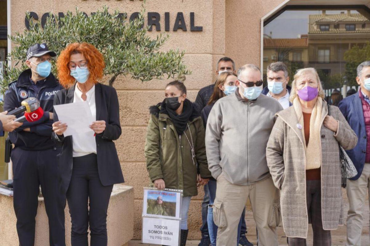 La alcaldesa del municipio leyendo un comunicado del Ayuntamiento junto a varios familiares del hombre asesinado