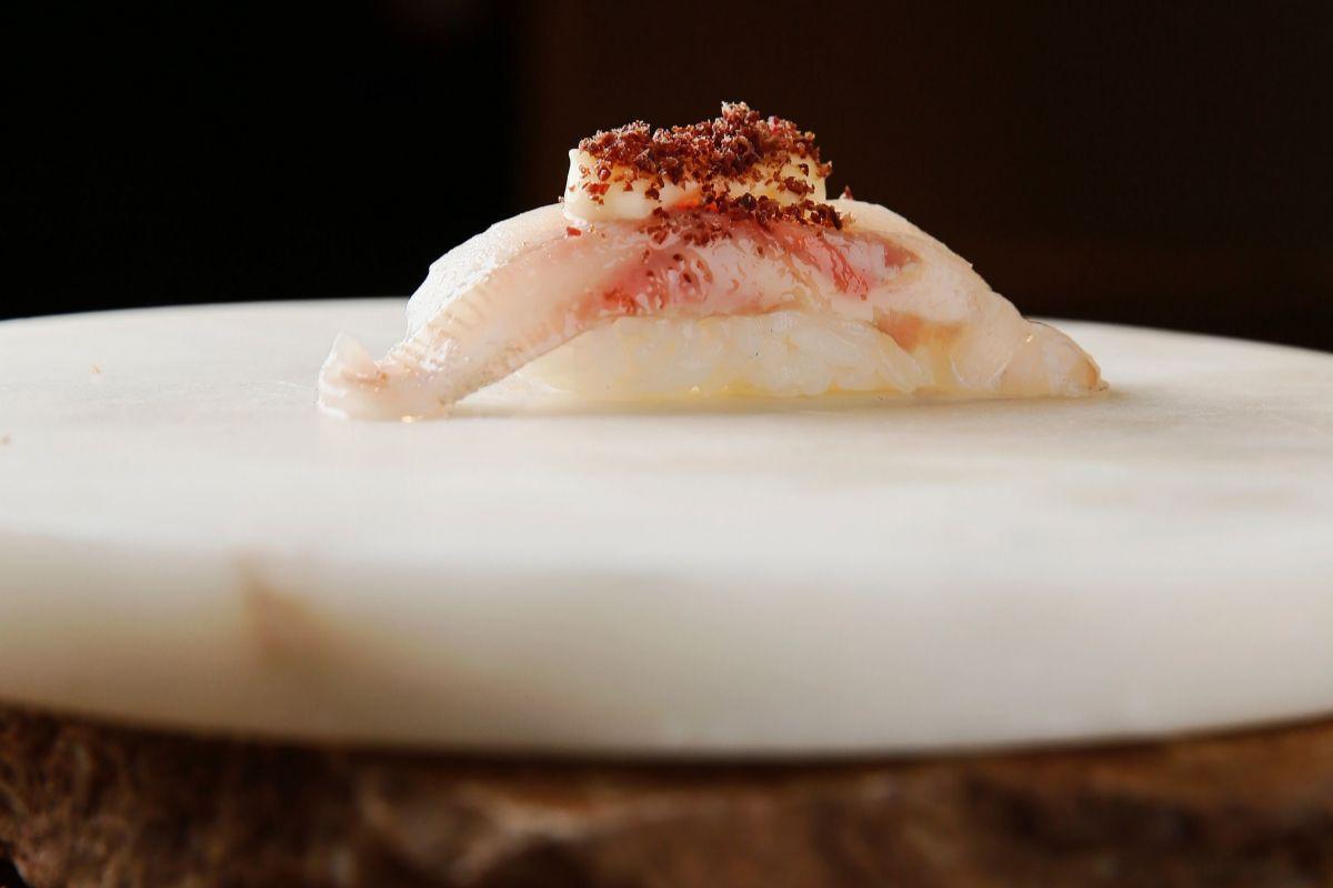 Nigiri de lubina con beurre blanc, de Ikigai.