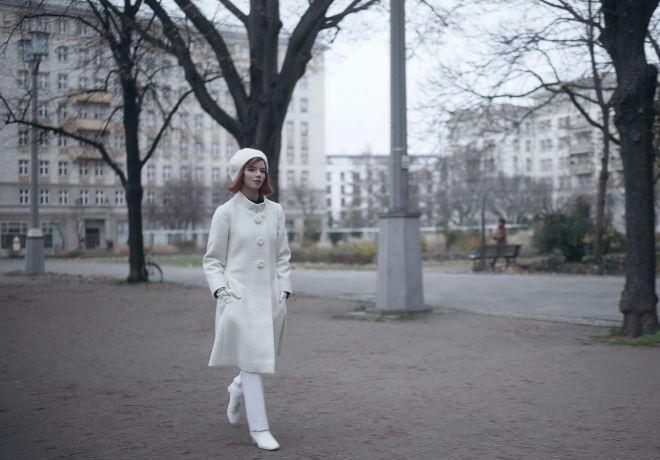 Beth (Anya Taylor-Joy) pasea 'con estilo' por Moscú.