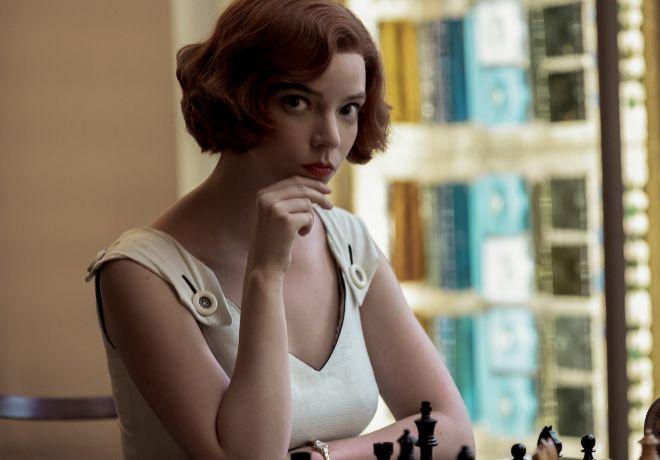 Anya Taylor-Joy da vida a Beth Harmon, la protagonista de la miniserie.