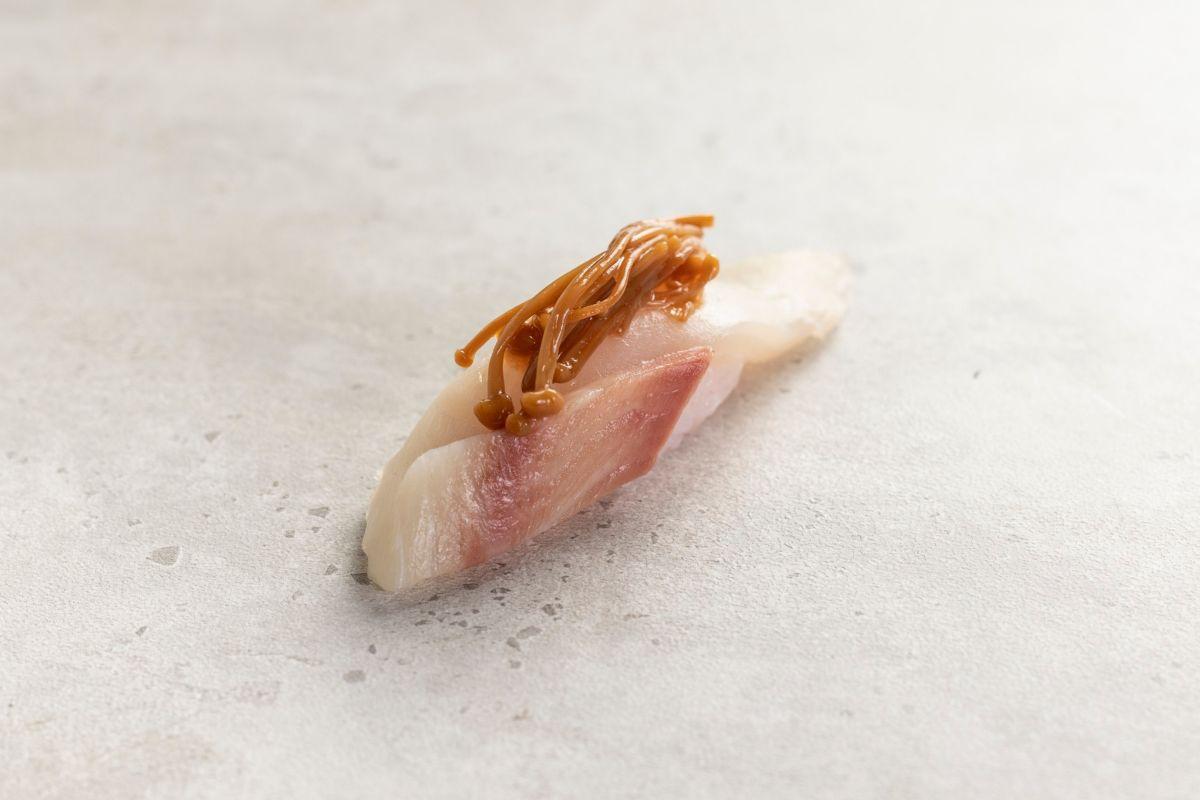 Nigiri de pez limón y enoki, de Kappo.
