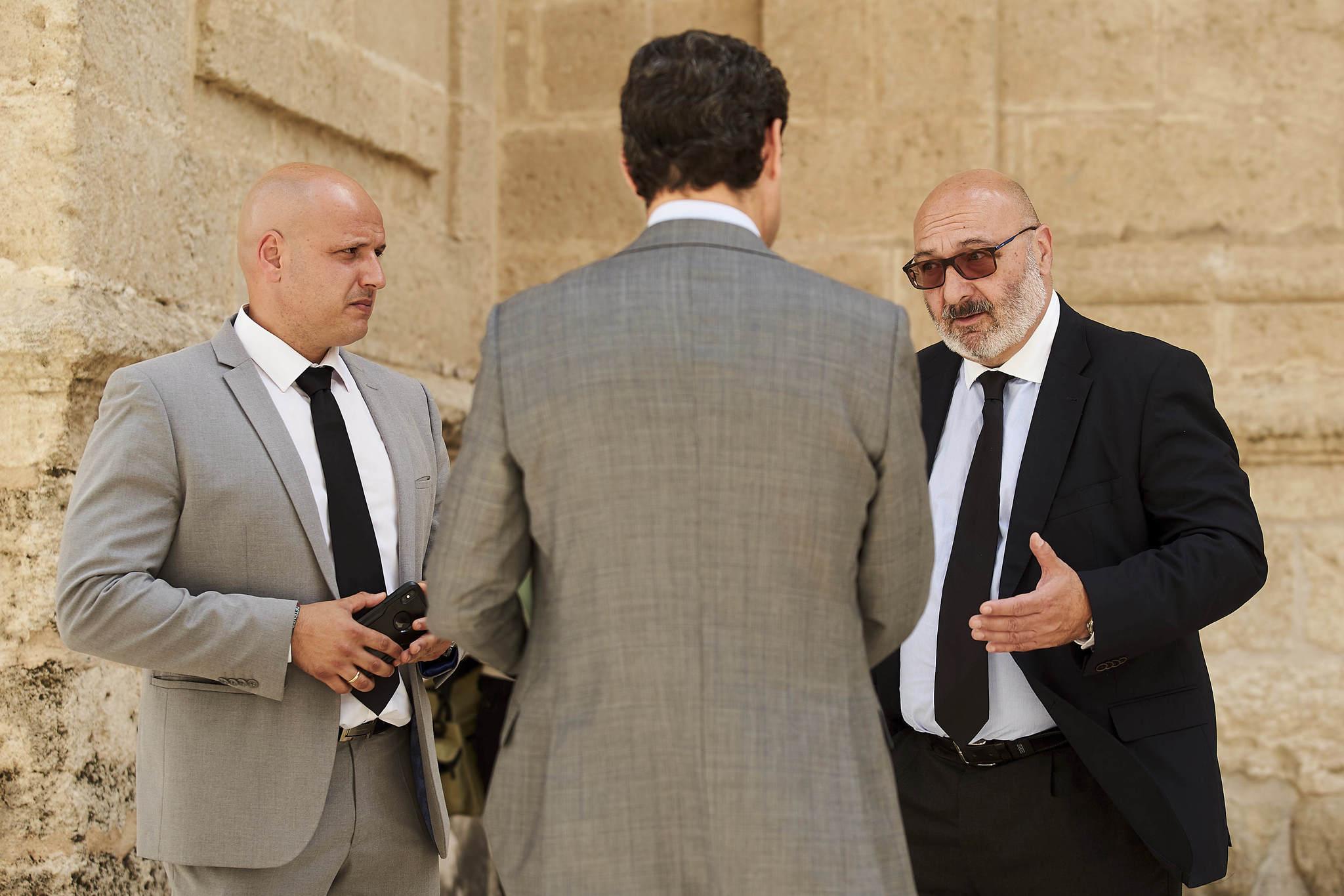 Juanma Moreno conversa con los diputados de Vox Alejandro Hernández y Rodrigo Alonso.