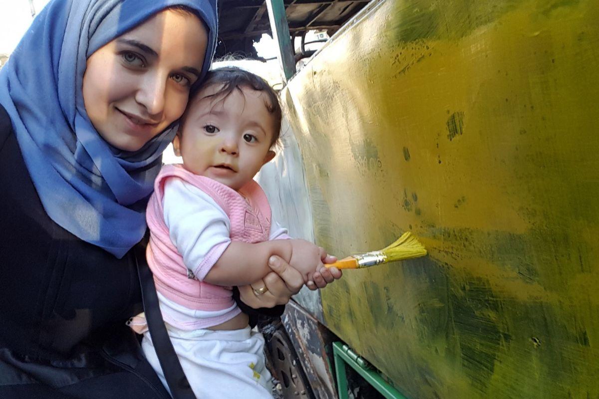 Waad Al-Kateab y su hija en una escena de 'Para Sama'.