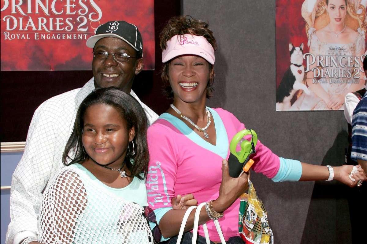 Bobby Brown, Whitney Houston y la hija de ambos, Bobby Kristina, que falleció hace cinco años.