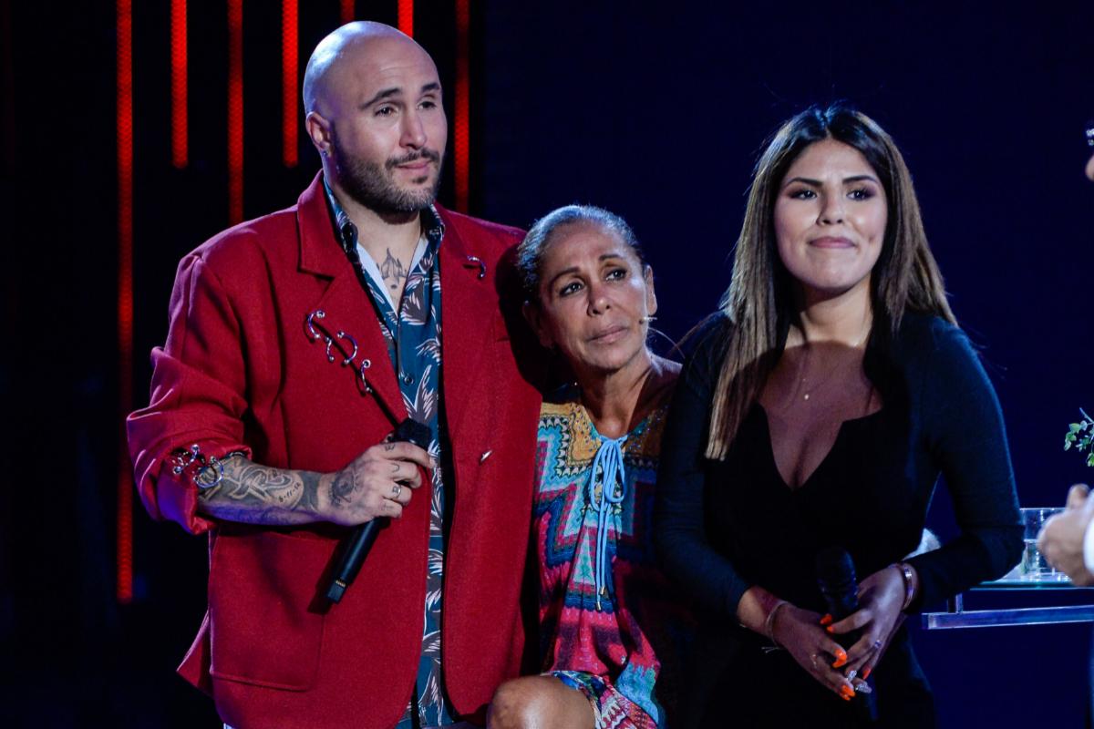 Con sus hijos, Kiko e Isa, tras participar en 'Supervivientes'