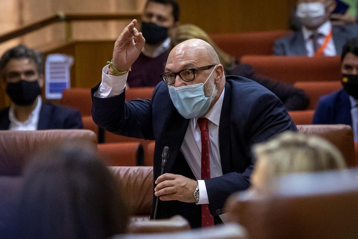El portavoz de Vox, Alejandro Hernández, muestra su enfado antes de abandonar el pleno.