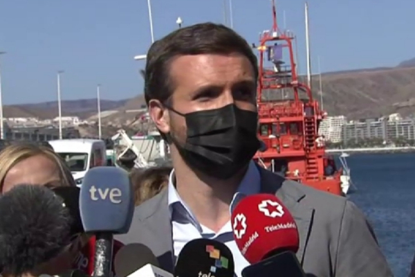 """Casado visita el muelle de Arguineguín,  """"zona cero"""" de la crisis migratoria, y  exige a Sánchez  una """"respuesta  inmediata"""" al colapso"""