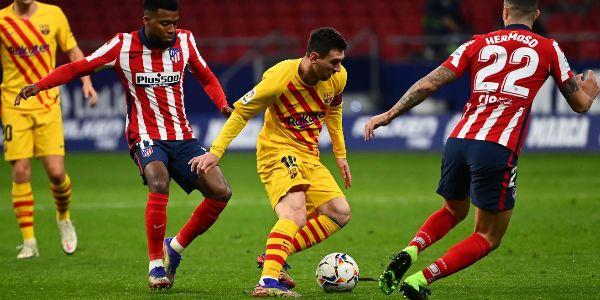 Messi, presionado por Lemar y Hermoso.