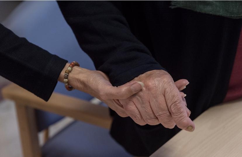 Elizabeth Gutiérrez le sujeta la mano durante un momento de la charla.