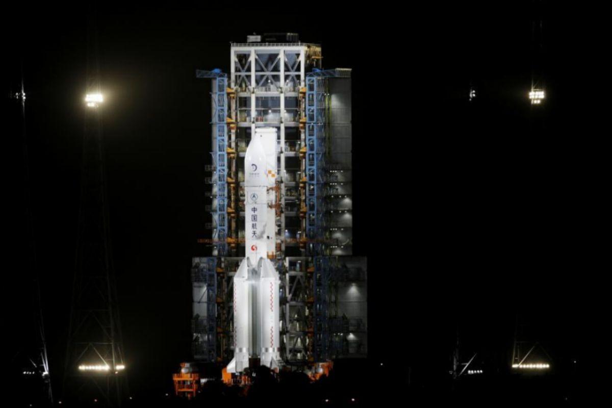 El cohete Long March 5 instantes antes del despegue de esta noche