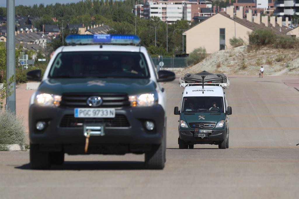 Dos coches de la Guardia Civil.