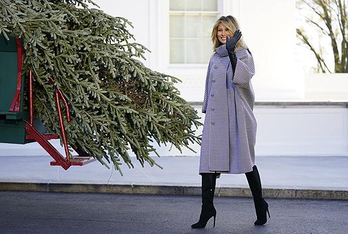 La primera dama de EEUU combinaba su abrigo con botas altas y guantes largos.