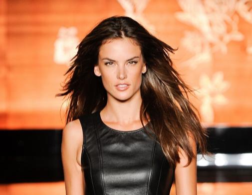 Alessandra Ambrosio, melena perfecta -sin rastro de puntas abiertas- al viento.