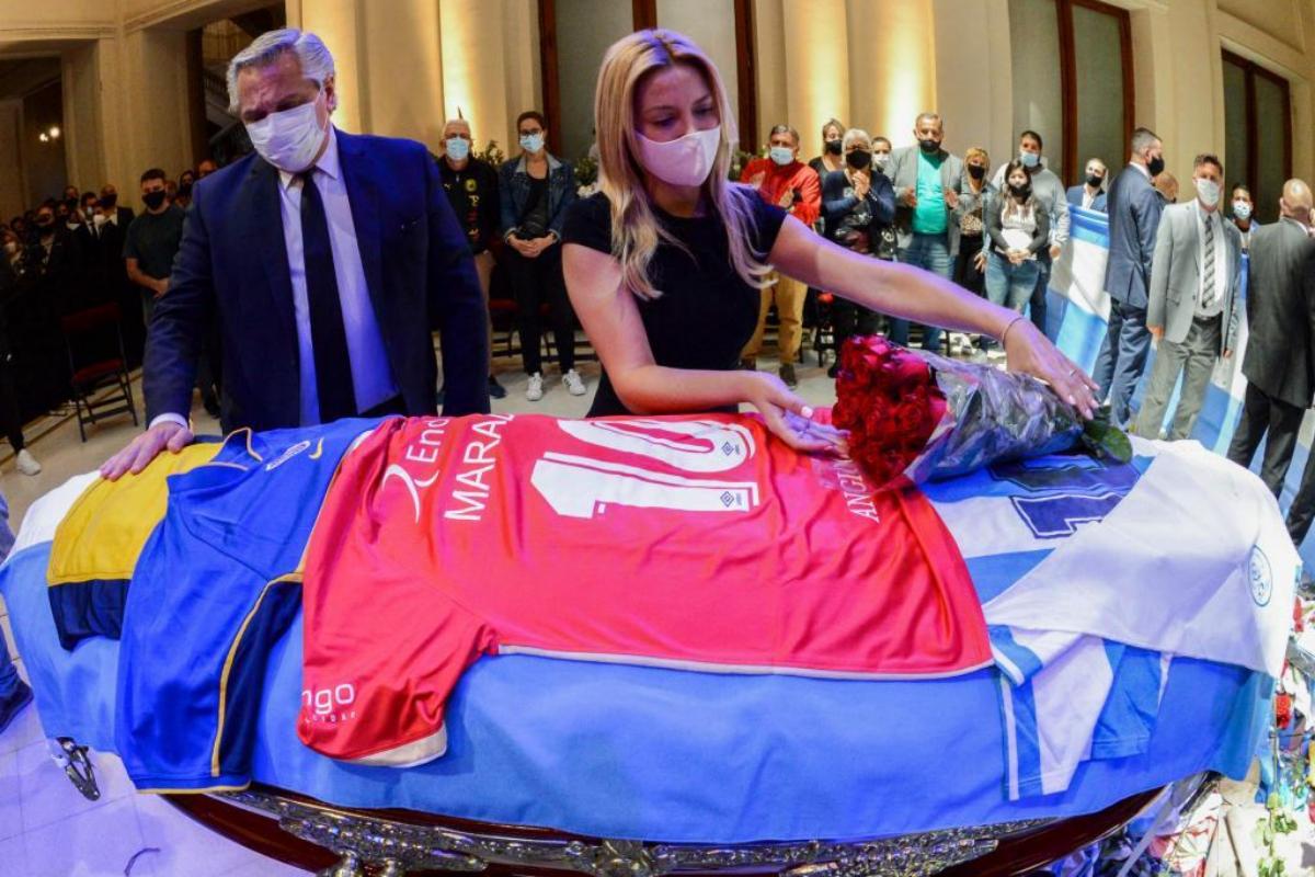 El momento en que el presidente Alberto Fernándea deposita la bandera de Argentinos Juniors y rinde homenaje a Maradona | AFP
