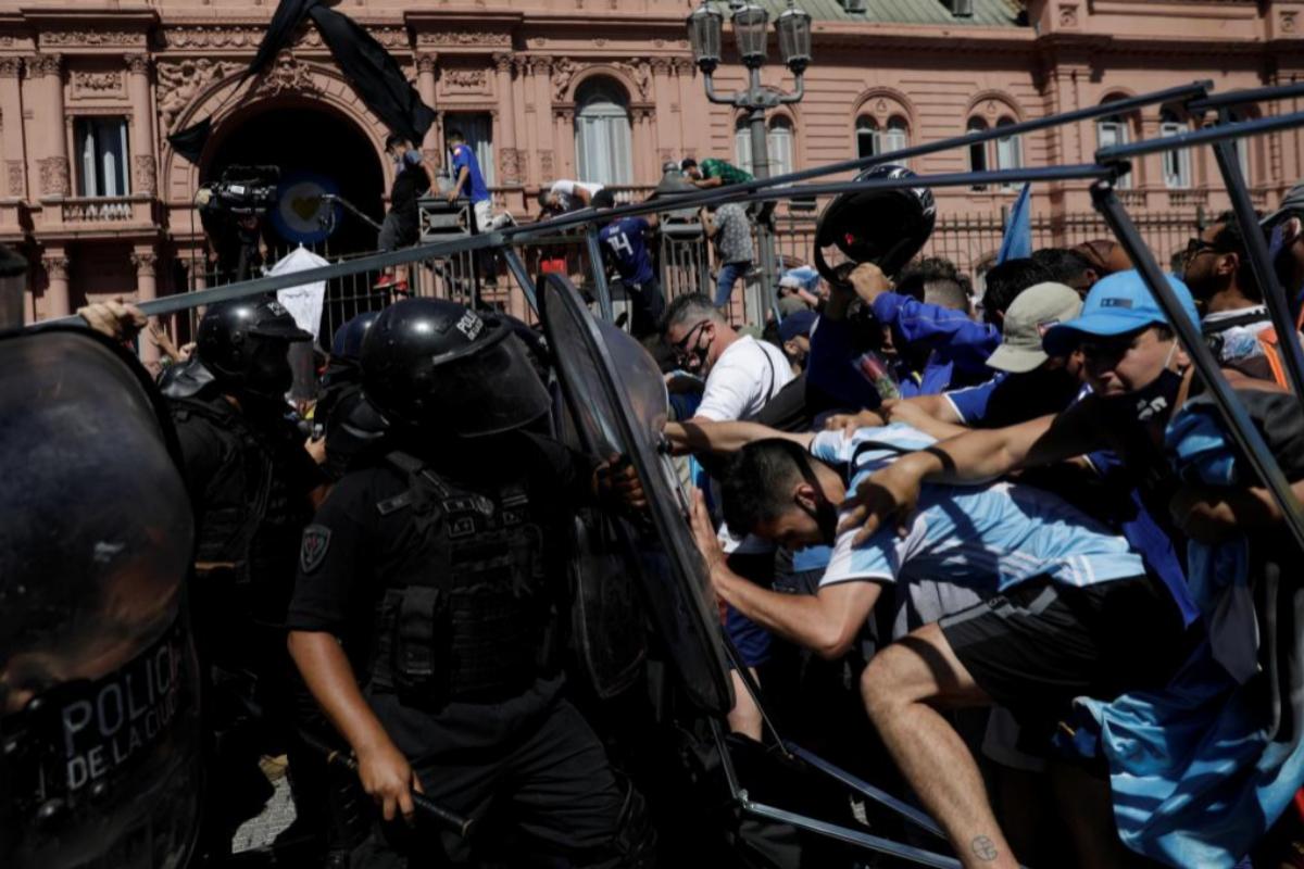Agentes antidisturbios tratan de impedir la entrada por la fuerza de los hinchas en la Casa Rosada | Ricardo Morales / Reuters