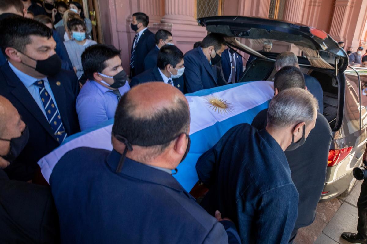 El féretro de Maradona antes de ser trasladado al cementerio.