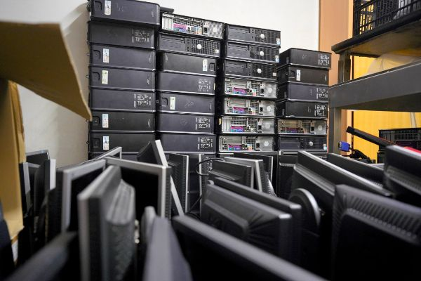 Los 110 ordenadores de sobremesa  que la Asociación de Vecinos de Aluches guarda para poder entregar a las familias necesitadas