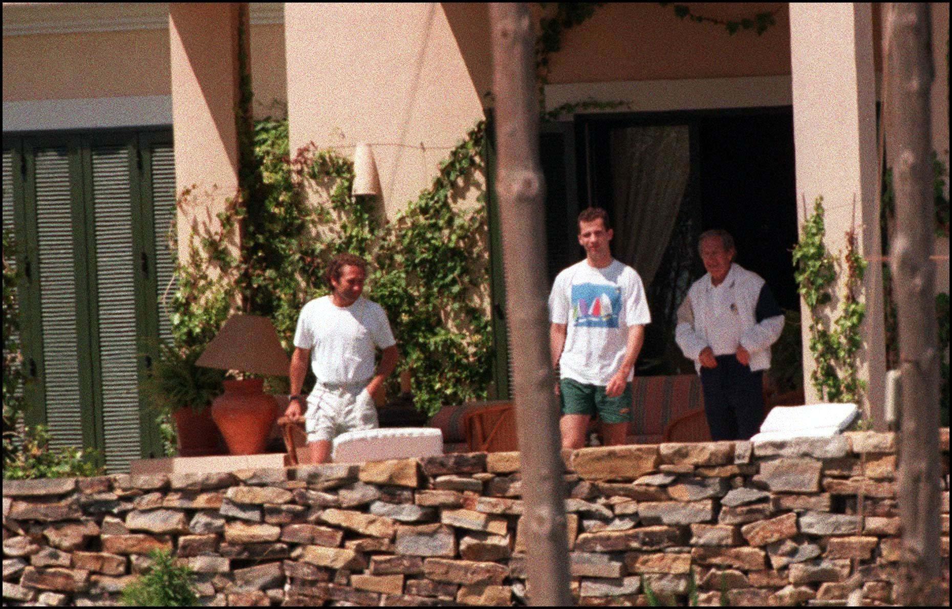 Álvaro Fuster, su padre Nicolás y el Príncipe Felipe, en la casa familiar del pantano de San Juan.