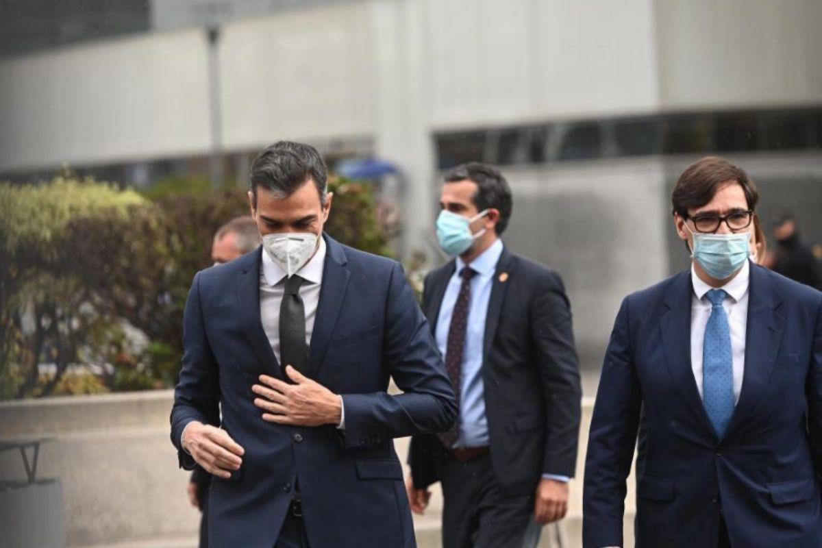 Pedro Sánchez y Salvador Illa, ayer, tras su visita al Hospital La Paz, de Madrid.