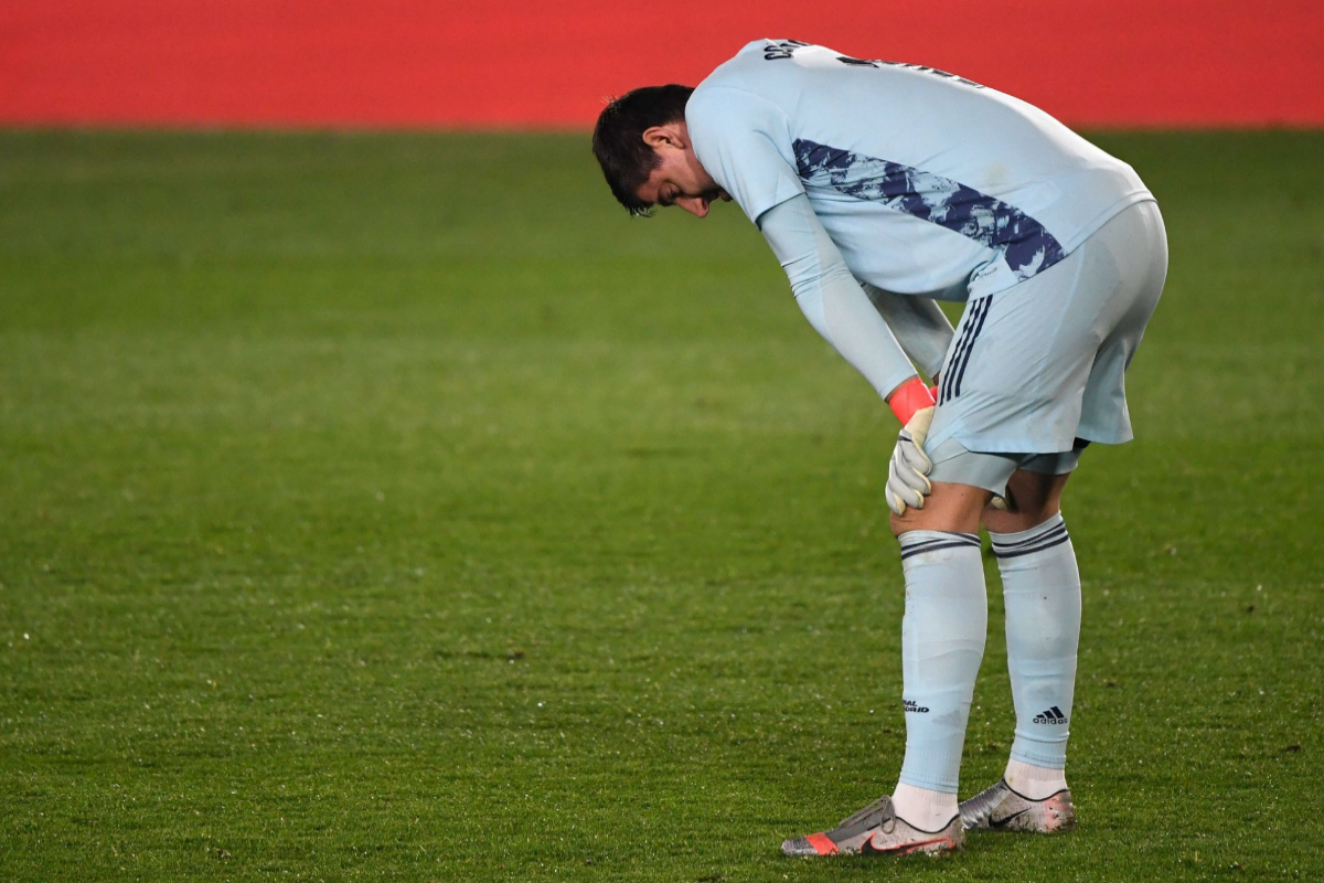 Courtois se lamenta tras encajar un gol ante el Alavés.